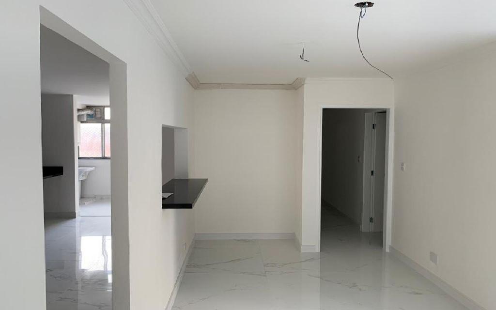 MACAM IMOVEIS Apartamento Moema 11041 Apartamento residencial 96m² com sala para 2 ambientes, 3 suítes, cozinha com armários, área de serviços e uma vaga de garagem fixa.   Água quente na cozinha e nas suítes, possui instalação para ar condicionado na sala e nas suítes, tem aquecedor  de passagem a gás.   O apartamento foi totalmente reformado com pisos em porcelanato e pias de granito e mármore.   As pias do lavabo e da suíte principal são de mármore esculpido, todas as suítes já estão com Box de vidro incolor.   O edifício possui salão de festa, sala de ginástica e de jogos, quadra poliesportiva, churrasqueira e playground.  Fica a 3 quadras do shopping Ibirapuera é entre as  estações do Metrô Eucaliptos e Moema.     Agende uma visita!