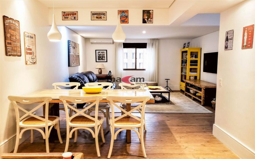 MACAM IMOVEIS Apartamento Jardim Paulistano 15016 Com hall individualizado, uma porta cheia de personalidade na cor azul convida a entrar neste apartamento aconchegante e perfeito para sua família. A poucos passos dos Clubes Pinheiros e Hebraica fica localizado em um dos bairros mais desejados e valorizados de São Paulo. Bem pertinho do Shopping Iguatemi, Faria Lima e Jockey Clube de São Paulo.  Todos os ambientes deste imóvel são amplos e arejados. O living para 3 ambientes mais sala de jantar possui piso em madeira de demolição o que dá um ar rústico e ao mesmo tempo de acolhimento e conforto. Na sala, com varanda frontal, a lareira complementa o conforto para os dias frios. A planta ainda oferece um Family Room integrada a sala de almoço para aqueles momentos íntimos e gostosos que dividimos com quem mais amamos, nossa família. Cozinha clara, ampla e cheia de armários! Toda a parte de serviços, como a lavanderia e dependências de serviço, são de ótimo tamanho.  São 04 suítes no total, sendo que 01 fica no piso inferior e as outras 03 suítes no piso superior. Na distribuição dos quartos temos um amplo espaço que hoje é usado como escritório e área de estudos e uma varanda fechada que pode servir como espaço para vários ambientes familiares. Suíte máster com generoso espaço para cama, ambiente de estar mais closet ele e ela e banheiro com iluminação natural. A 2ª suíte com closet tem acesso a varanda fechada e por fim a 3ª suíte.  O hall social do prédio também sofreu melhorias e está belíssimo. São 4 vagas, o que é uma raridade para o bairro.