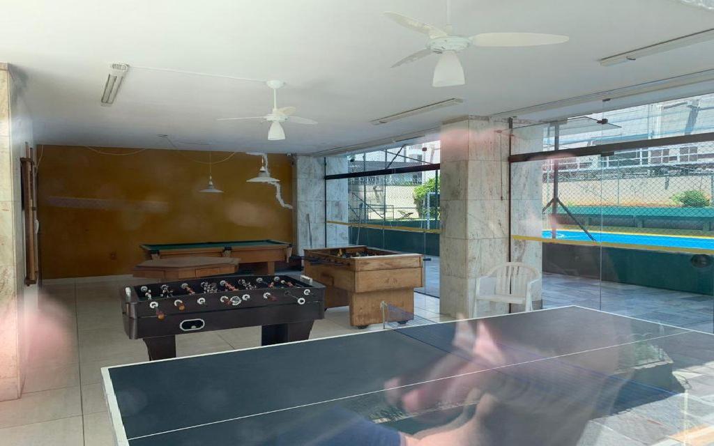 MACAM IMOVEIS Apartamento Moema 11046 Apartamento residencial 96m² com sala para 2 ambientes, 3 suítes, cozinha com armários, área de serviços e uma vaga de garagem fixa.   Água quente na cozinha e nas suítes, possui instalação para ar condicionado na sala e nas suítes, tem aquecedor  de passagem a gás.   O apartamento foi totalmente reformado com pisos em porcelanato e pias de granito e mármore.   As pias do lavabo e da suíte principal são de mármore esculpido, todas as suítes já estão com Box de vidro incolor.   O edifício possui salão de festa, sala de ginástica e de jogos, quadra poliesportiva, churrasqueira e playground.  Fica a 3 quadras do shopping Ibirapuera é entre as  estações do Metrô Eucaliptos e Moema.     Agende uma visita!