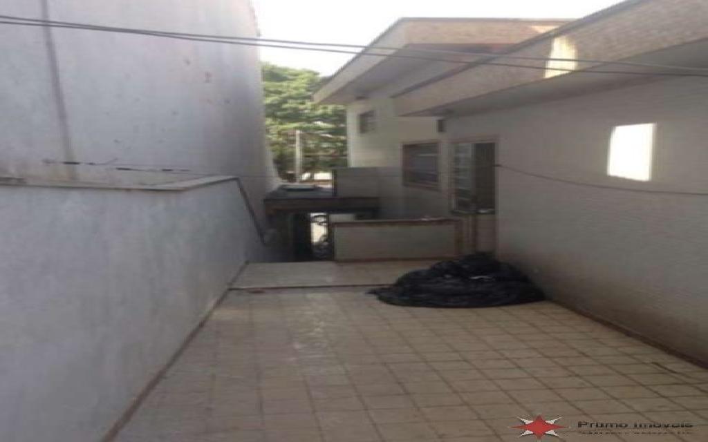 PRUMO IMOVEIS SOBRADO Vila Formosa 5109 SOBRADO COM EXCELENTE LOCALIZAÇÃO NA VILA FORMOSA, SÃO 3 DORMITÓRIOS SENDO 1 SUÍTE, QUARTO DE EMPREGADA COM BANHEIRO, SALA E QUARTOS AMPLOS , 4 BANHEIROS,  3 VAGAS DE GARAGEM INDEPENDENTES, ENTRADA LATERAL E AMPLO QUINTAL NOS FUNDOS. POSSUI PISO DE GRANITO NA SALA, ARMÁRIO NA COZINHA, GUARDA ROUPAS EMBUTIDO NOS QUARTOS E BANHEIRA DE HIDROMASSAGEM NA SUÍTE. ESTÁ LOCALIZADO EM UMA REGIÃO MUITO ARBORIZADA, PRÓXIMO A PRAÇAS, AO MERCADO MUNICIPAL, BANCOS E COMÉRCIOS DA REGIÃO.  A 5 MINUTOS DO SHOPPING ANÁLIA FRANCO, PARQUE CERET E HOSPITAL VITÓRIA.